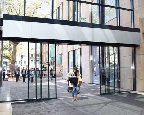 درب هوا در ورودی ساختمان و هایپرها و فروشگاه ها برای جلوگیری از اتلاف انرژی استفاده می شود.