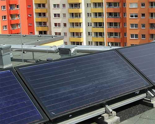 کلکتور خورشیدی صفحه تخت در پشت بام