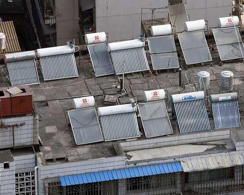 نصب کلکتور های خورشیدی آبگرمکن خورشیدی در پشت بام