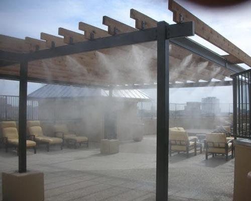 سیستم سرمایش فضای باز رستوران . در این سیستم با استفاده از نازل مه پاش ، خنک کننده فضای باز می باشد.