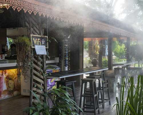 سیستم مه پاش رستوران که باعث ایجاد برودت فضاهای باز می شود.