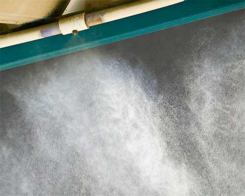 پاشش آب از از نازل مه پاش. آب با خروج از نازل مه پاش باعث ایجاد سرمایش فضای باز می شود.