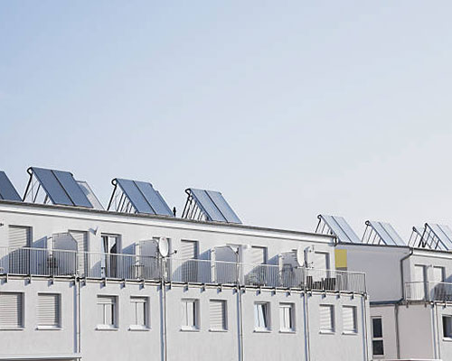 آبگرمکن خورشیدی روی سقف ساختمان سفید