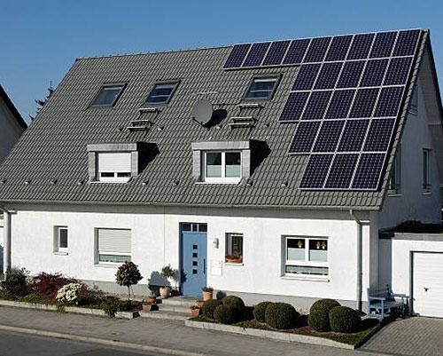 آبگرمکن خورشیدی روی سقف خاکستری خانه سفید