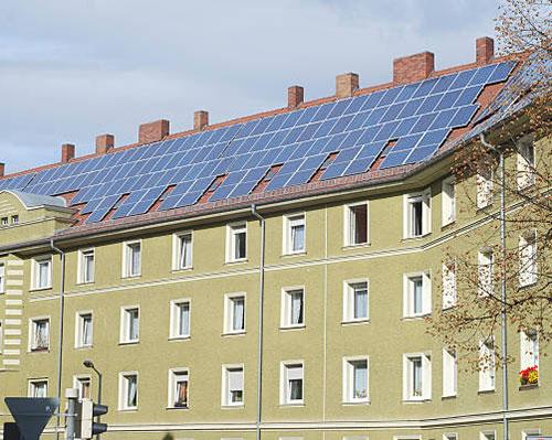 آبگرمکن خورشیدی روی سقف ساختمان زرد