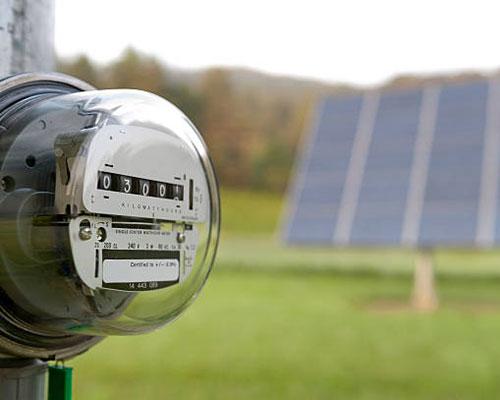 آبگرمکن خورشیدی و کنتور و چمنزار سبز