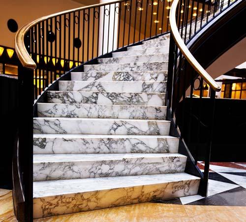 استفاده از سنگ نیمه قیمتی در پله گرد کلاسیک لابی ویلا