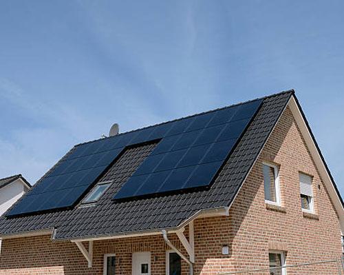 آبگرمکن خورشیدی روی سقف مشکی نما آجری