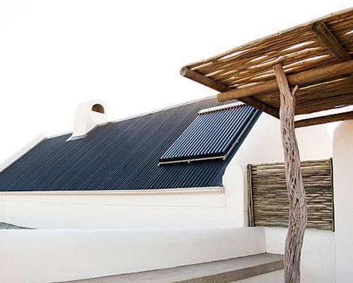 آبگرمکن خورشیدی سقف سرمه ای و آلاچیق چوبی