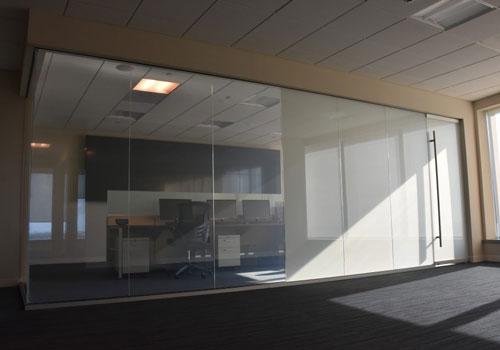 لایه های تشکیل دهنده شیشه لمینت هوشمند در اتاق جلسات