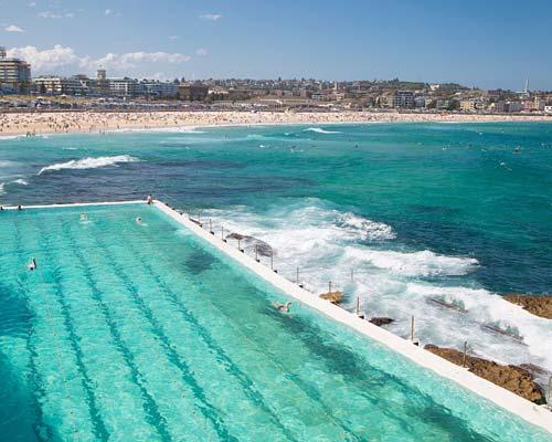 پر شدن آب استخر اقیانوس در بستر سنگی توسط حرکت جریان آب