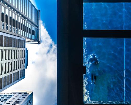 استخر معلق شیشه ای در ارتفاع ساختمان