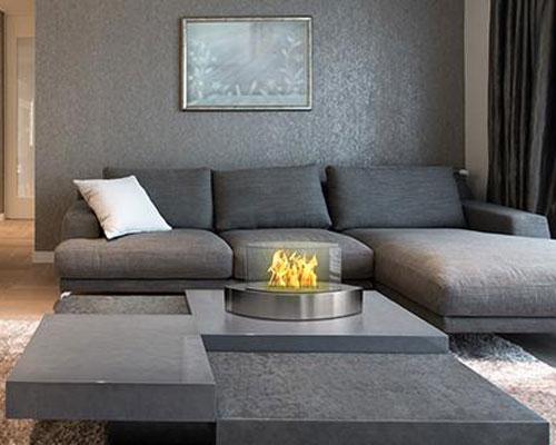ایجاد یک نقطه کانونی همراه با گرم کردن فضا ، توسط شومینه های رومیزی سبک و قابل حمل