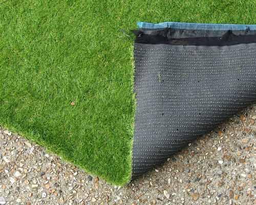 چسب کاری لایه پشت چمن مصنوعي و دادن فرصت برای خشک شدن در هوای آزاد