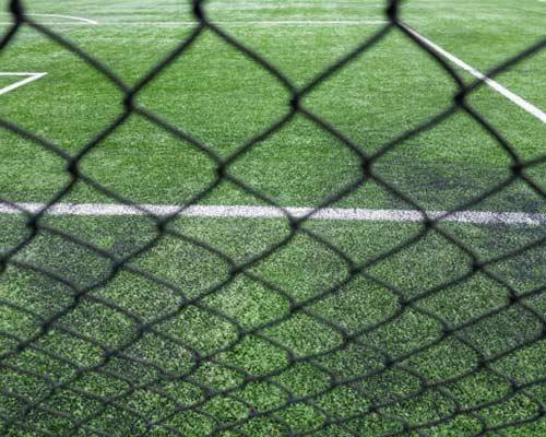 چمن مصنوعی موجود در زمین فوتبال