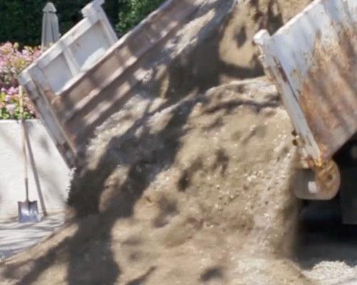 اجرای مخلوط شن و ماسه روی سطح برای ساخت زیر سازی سخت