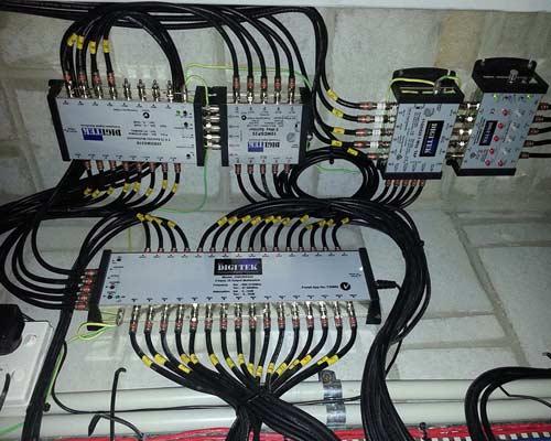 سوئیچ ها آنتن ها و دیگر زیر ساخت های آنتن مرکزی از طریق کابل های کواکسیال به هم متصل می شوند.
