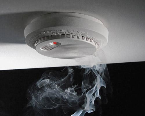 هشدار آتش سوزی از طریق دادن ساطع کردن دود در سیستم حفاظت فعال پوشش ضد حریق