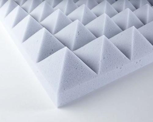 مثلث های کوچک کنار هم فوم عایق صدای هرمی در اجرای عایق صوتی