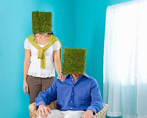 یک خانم و یک آقا برای تبلیغ چمن مصنوعی کاری جالب و خلاق انجام داده اند