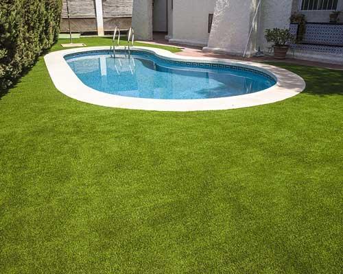 ایجاد یک چشم انداز سبز در اطراف استخر با استفاده از چمن مصنوعی