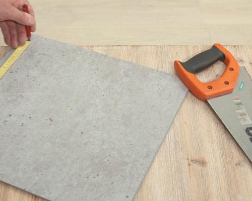 برش دادن پنل های دیوارپوش مطابق با اندازه مورد نیاز با استفاده از کاتر یا چاقوی تیز
