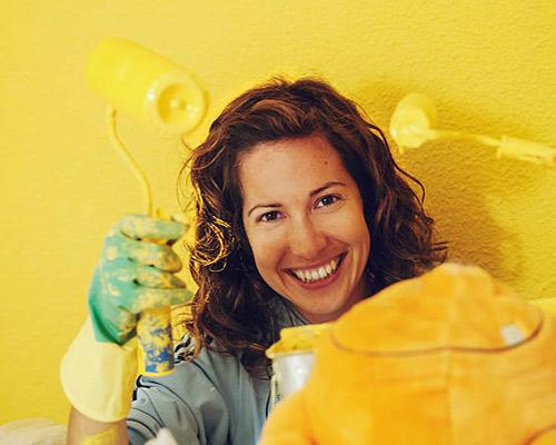 دروارپوش رنگی یک خانم که در حال کارکردن می باشد