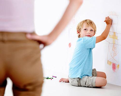 کودکی در حال رنگ کردن دیوار می باشد که نیاز به دیوارپوش زیبایی دارد