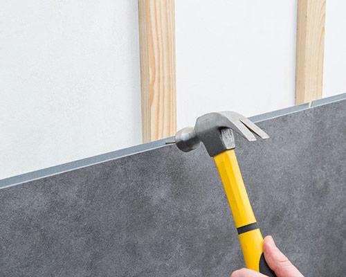 اتصال پنل دیوارپوش به دیوار زیرین در صورت نیاز ، با استفاده از میخ