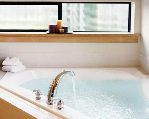 کاربرد وان حمام در شکل و اندازه دلخواه به شکل سه گوشه درکنج ، با توجه به فضای موجود