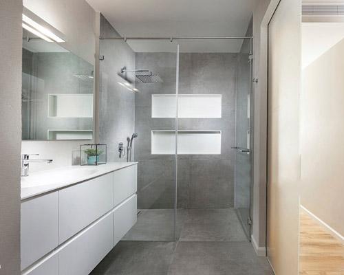 کابین دوش حمام متشکل از کاشی و در شیشه ای