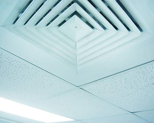 دریچه ی خروجی هوای مطبوع که در سقف کاذب نصب شده