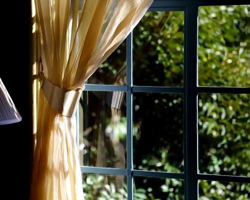 کنترل نور از طریق باز و بسته شدن پرده تکی به دو طرف پنجره