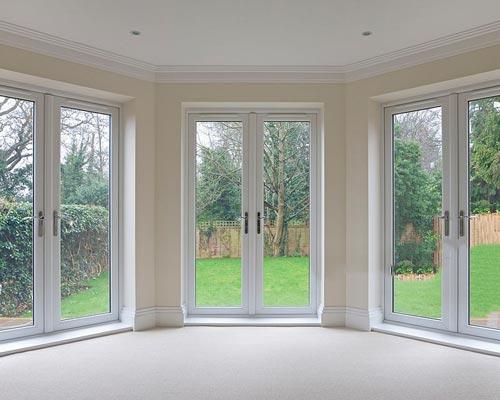 درب شیشه ای با فریم برای جدا کنندگی فضای داخلی و کاربرد در ورودی حیاط