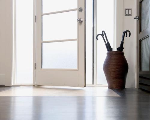 باز و بسته شدن درب لولایی با استفاده از نوسان در داخلی حول لولا