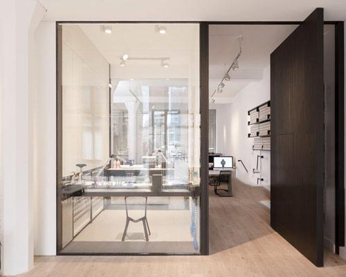در داخلی محوری شیشه ای با قابلیت باز شدن از وسط و نوسان حول پاشنه وسط