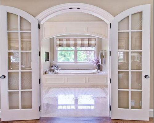 در داخلی دوتایی از نوع پنلی با پنل های شیشه ای در وروردی حمام
