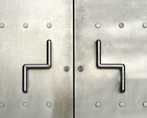 ظاهر صنعتی درب فولادی و مقاومت در برابر زنگ آن دلیل کاربرد در فولادی برای فضای داخلی و خارجی