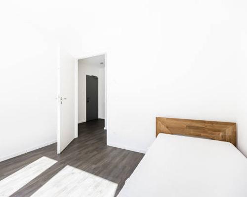 درب داخلی اتاق یک منزل با نمای زیبا