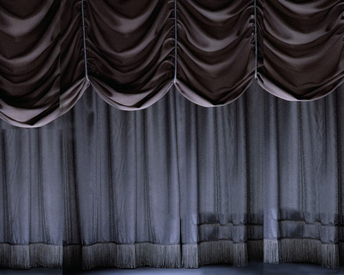 نصب انواع پرده پنجره با پارچه ضخیم برای مسدود کردن نور در مکان هایی مانند سالن تئاتر