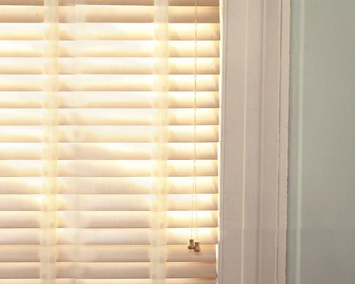 انواع پرده پنجره عمودی کرکره ای دارای ریل آلومینیومی با قابلیت تنظیم و کنترل نور و دما