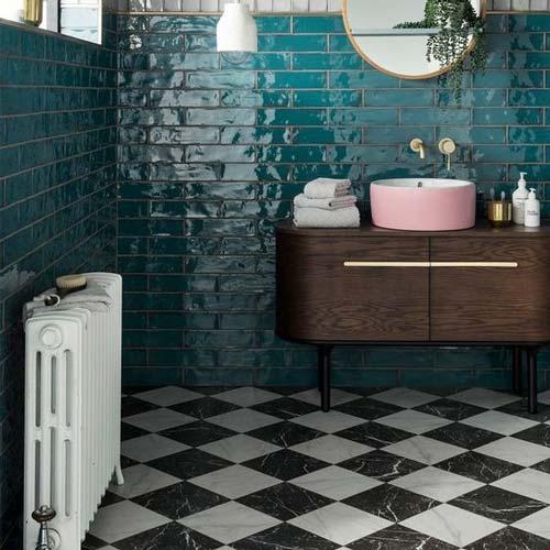 ترکیب سنگ و کاشی آبی در حمام