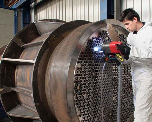متخصص در حال جوشکاری ساخت انتقال دهنده مبدل حرارتی پوسته لوله صنعتی