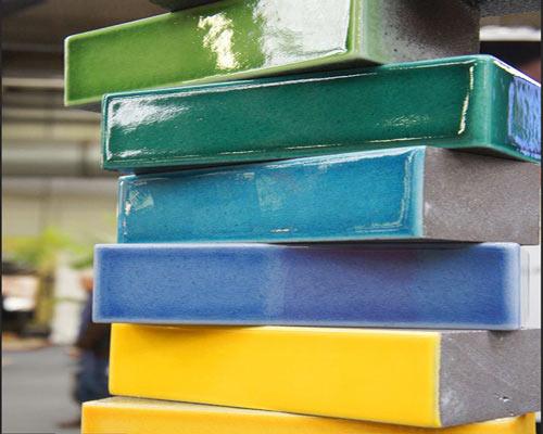 تنوع رنگ و پوشش براق آجر لعابی و افزودن جذابیت بصری به نمای ساختمان