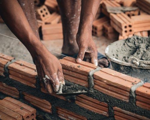 آجر چینی دیوار با ملات و با استفاده از آجر شیاری حفره دار
