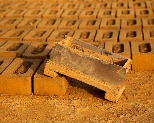 قالب زنی آجر از مراحل تهیه آجر بعد از اکستروژن آجر و سپس خشک شدن در کوره