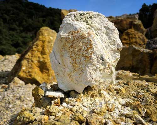 سنگ رسوبی کائولن از اصلی ترین مواد معدنی رس در تهیه آجر