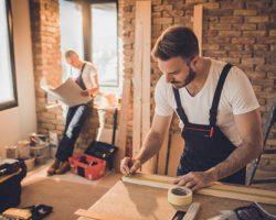 دو مهندس جوان در حال بررسي و تهيه يک سبک جديد در طراحي داخلي خانه و دکوراسيون ، براي بازسازي تزئيني ساختمان هستند