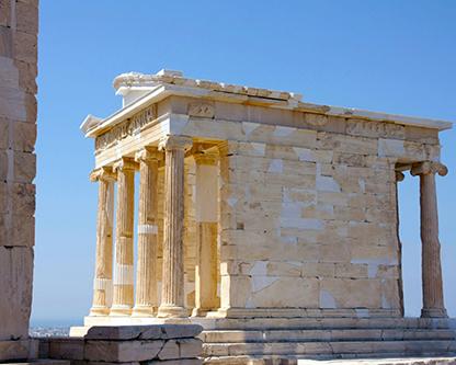 يک بناي تاريخي سنگي طلايي رنگ که در مجموعه اي از آثار باستاني قرار دارد ، در مرحله بازسازي ساختمان است
