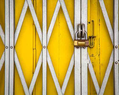 درب آکاردئونی استیل زرد رنگ با امنیت بسیار بالا